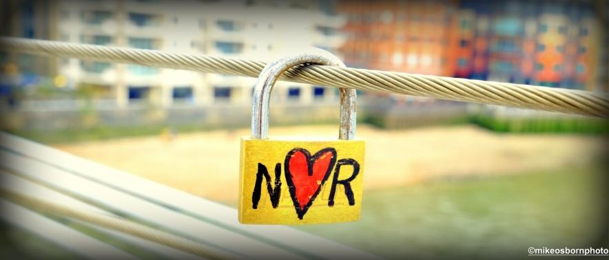N loves R