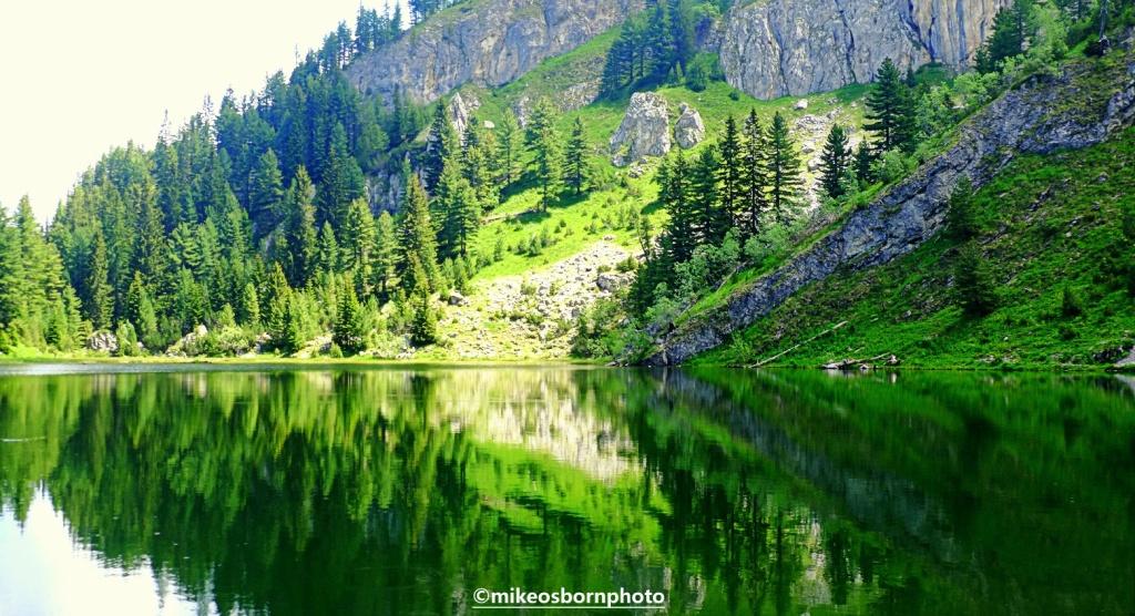 Lake Leqinat, Liqeni i Kuqishtës